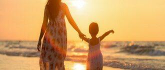 Девушка с ребенком на море