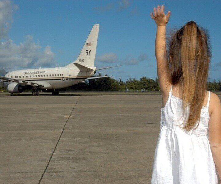 Ребенок машет рукой самолету