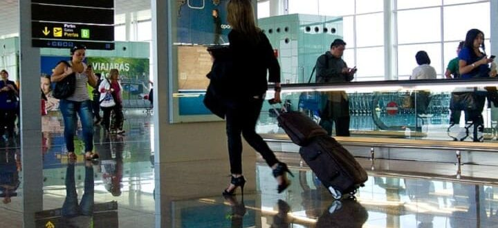 Аэропорт-девушка с чемоданом