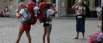 Туристки с рюкзаками