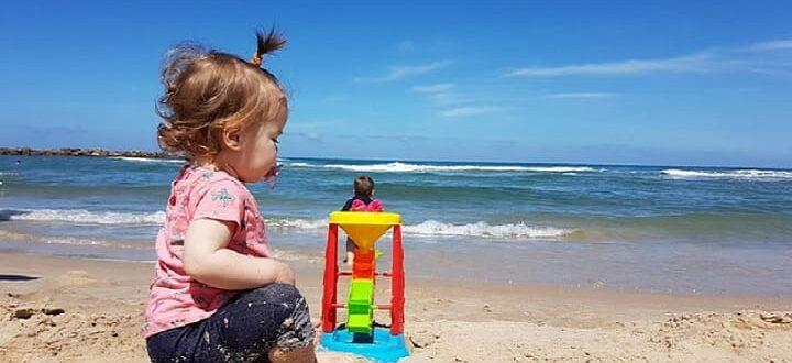 Девочка у моря - отдых в Крыму недорого