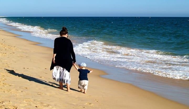 Ребенок с мамой на пляже